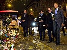 Da sinistra: il sindaco di Parigi Anne Hidalgo, il presidente della Repubblica Francois Hollande e il presidente degli Stati Uniti Barack Obama si radunano davanti al Bataclan per rendere omaggio alle vittime il 29 novembre 2015