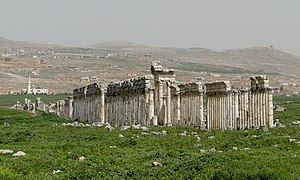 English: View of Apamea, Syria Français : Vue ...