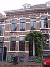 foto van Rijtje van drie tweebeukige woonhuizen met elk een beneden- en een bovenwoning