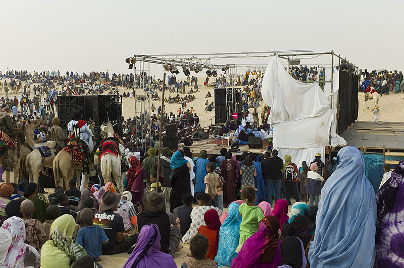 Bestand:Audience at the Festival au Desert near Timbuktu, Mali 2012.jpg