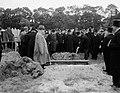 Begrafenis stewardes mejuffrouw Lowenstein (ramp Triton, Bestanddeelnr 906-7133.jpg