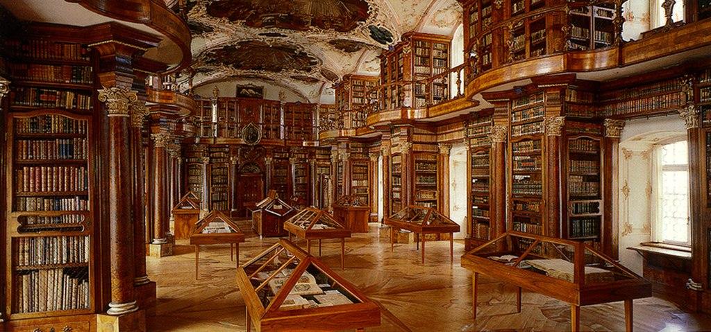 Blick in die Stiftsbibliothek im Kloster St. Gallen (UNESCO-Welterbe in der Schweiz)