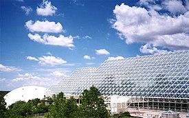 Vista exterior de Biosfera 2, una tentativa de crear un ecosistema cerrado artificial. Hoy es una atracción turística.