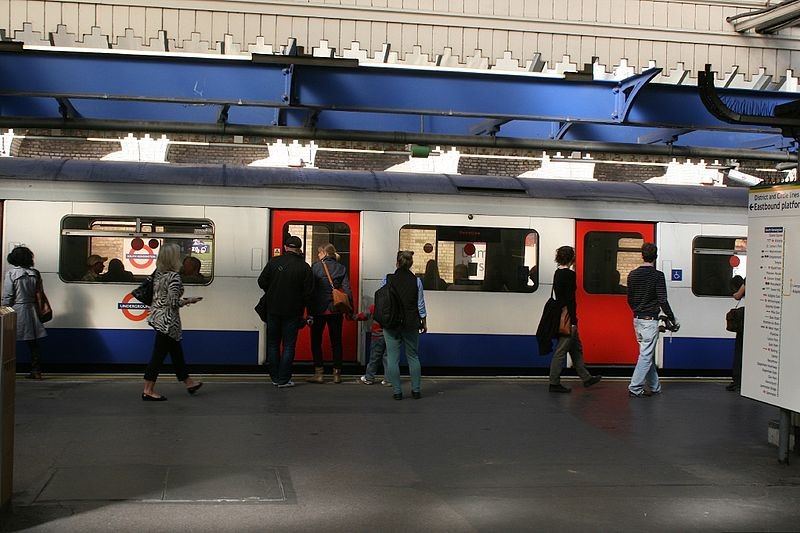 File:Boarding a District Line train at South Kensington, 2012 - panoramio.jpg