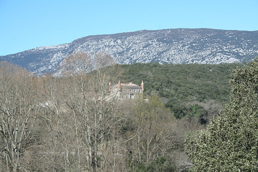 Brissac (Hérault) - château de Villarel (XIXe siècle) et la montagne de la Séranne à l'arrière, vus d'Issensac.
