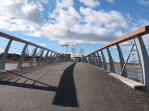 Cykel- och gångbro över ån Tidan i Mariestad, gjord av Moelven Töreboda Limträ i Töreboda