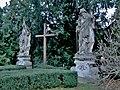 Buchlovice, sochy u kostela.jpg