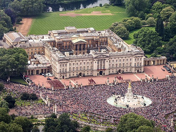 Aerial view of Buckingham Palace during Elizabeth II's official 90th birthday celebrations in 2016. The principal facade, the East Front, was originally completed in 1850 and was remodelled in 1913. Buckingham Palace aerial view 2016 (cropped).jpg