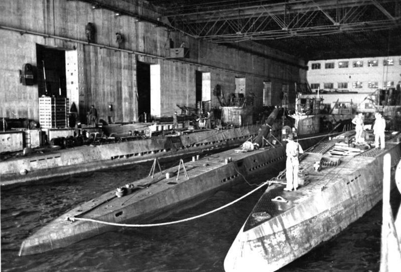 Bundesarchiv Bild 146-1975-014-33, U-Boote im U-Bootbunker