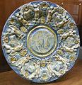 C.sf., savona, fabbrica salamone, piatto da parata reale a scenografia barocca, seconda metà del xvii sec. 2.JPG