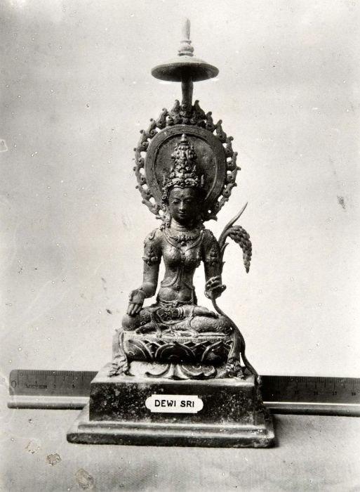 COLLECTIE TROPENMUSEUM Beeld van Dewi Sri de rijstgodin TMnr 60016918