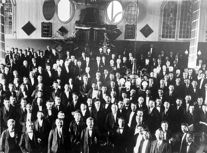 COLLECTIE TROPENMUSEUM Een groep mannen na de instituering van de M.P. in de kerk op Ambon TMnr 10000762