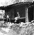 COLLECTIE TROPENMUSEUM Vrouw met haar kinderen zittend op de bale voor haar woning TMnr 20000026.jpg