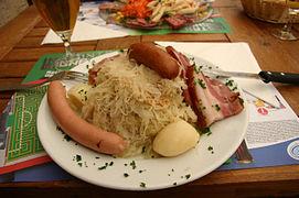 photographie d'une assiette de choucroute alsacienne