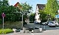 Christian-Wagner-Brunnen von Frei Otto in Warmbronn, Wer für Christian Wagner ein Symbol sucht, der findet den Baum. Der Baum ist ein bedeutungsvolles Lebewesen dieser Erde. Die Skulptur über dem Brunennrand ist Symbol - panoramio.jpg