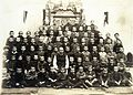 Ciszterci Szent István Gimnázium, osztálykép az iskola I. világháborúban elesett mártír diákjainak, valamint tanárainak állított emlékmű előtt. Fortepan 101577.jpg