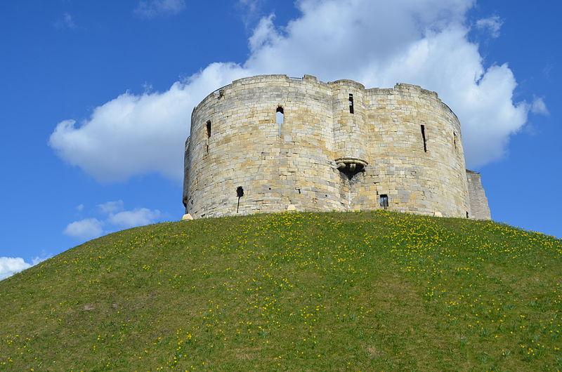800px-Cliffords_Tower_York_UK.JPG