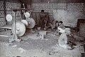 Collectie NMvWereldculturen, 7014-1-21, Foto, 'Vervaardiging van gamelaninstrumenten op de eerste nijverheidstentoonstelling in Yogyakarta', fotograaf onbekend, 1925.jpg