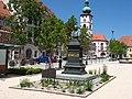 Das Schmeller-Denkmal auf dem Tirschenreuther Marktplatz.jpg
