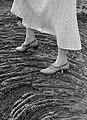 De geschoeide voeten van de journaliste Anita Joachim op een bodem van gestolde , Bestanddeelnr 190-0380.jpg