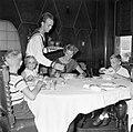 De kinderen van gouverneur Struycken aan het diner. V.l.nr. Thomas, Pia en Huib, Bestanddeelnr 252-2840.jpg