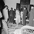 De koningin ontmoet in Paramaribo in het gouvernementshuis de granmans van de bo, Bestanddeelnr 252-4495.jpg