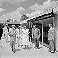 De koningin passert de stand van Bruynzeel Suriname Hout Maatschappij op de Suri, Bestanddeelnr 252-4277.jpg