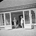 De prinsessen Beatrix en Irene bij het zomerhuisje in het park van het paleis, Bestanddeelnr 255-7871.jpg
