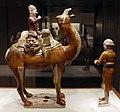 Dinastia tang, sposo a cammello con mercante e palafreniere, 700-750 ca. 02.jpg