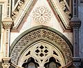 Duomo di firenze, medaglioni intarsiati in marmi nei timpani delle finestre sui fianchi 18.JPG