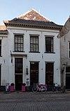 foto van Huis met gepleisterde lijstgevel parterre en verdieping, schilddak