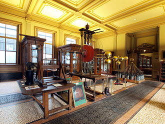 Large electrostatic generator (Teylers) - Van Marum's electrostatic generator in the Teylers Museum instrument room. The wooden table and supports were designed to match the Oval Room where it was initially kept until the mid 19th century.