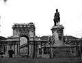 Estátua equestre de Dom José I e Arco da Rua Augusta em construção (antes de 1873).png