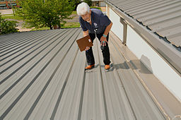 FEMA - 44370 - FEMA PA officer documenting damages to a roof in OK
