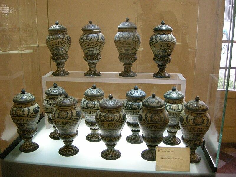 Файл: Smn аптека, музей, maioliche manufattura chini.JPG