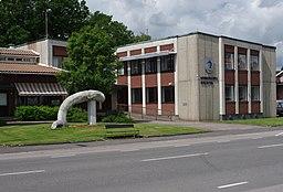 Floby kommunalhuse og biblioteker.   Foran bygningen står skulpturen Midgårdsormen af Björn Therkelson.