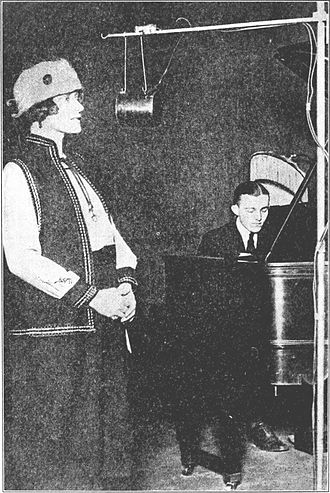 KYW (AM) - Image: Forster singing at KYW, Chicago 1922