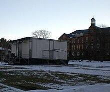 Modula konstruaĵo sur neĝa gimnazio-kampuso.