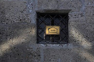 Franziskanerkirche Salzburg 2014 Vorsicht Dachlawine.jpg