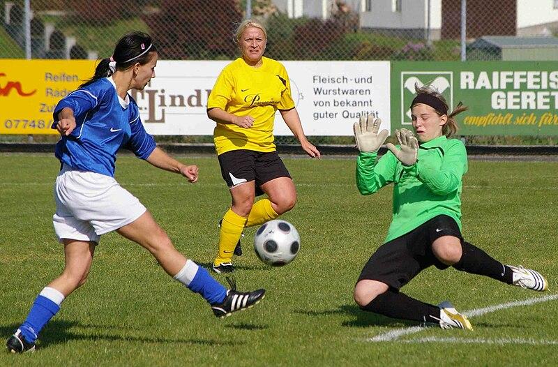 Datei:Frauenfußball-Team Union Geretsberg aus Österreich - 20091003.jpg