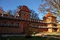 Frombork. Mury obronne wokół Katedry i wieża Kopernika. - panoramio.jpg