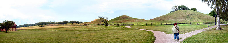 Datei:Gamla Uppsala - Royal mounds pano.jpg