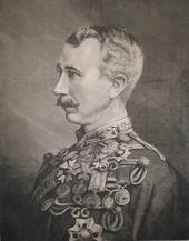 En moustachioed mand med tæt beskåret hår og et bryst dækket af militære medaljer