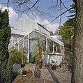 Gedeelte van kassencomplex met kleine kas op de voorgrond en planten in potten buiten voor de kas - Delft - 20404888 - RCE.jpg