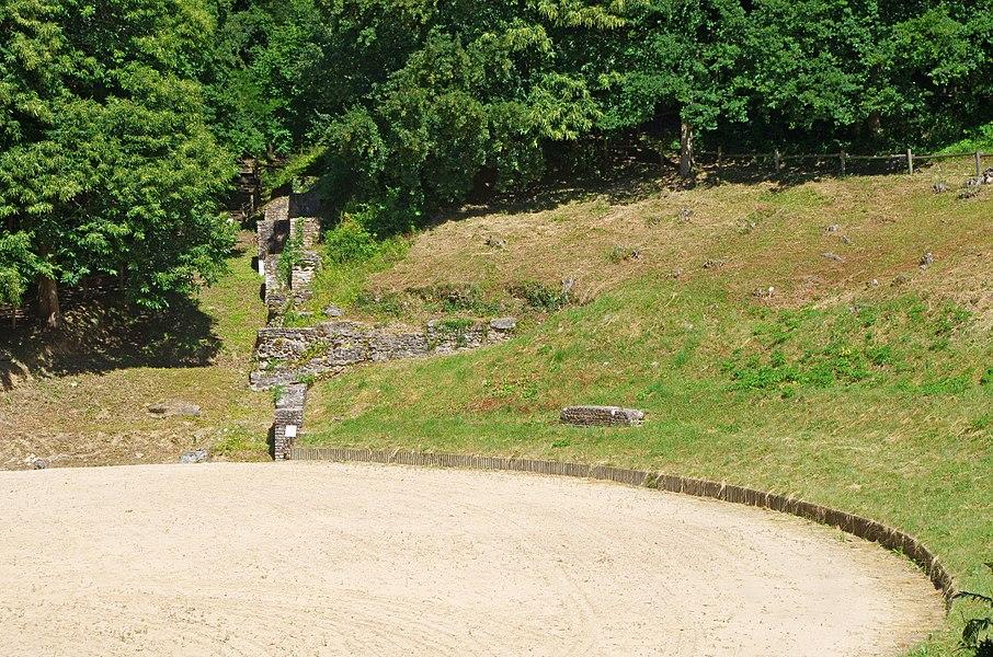 Amphithéâtre Gallo-Romain de Gennes (Maine-et-Loire).  C'est un demi amphithéâtre adossé à la colline de Mazerolles au sud du bourg de Gennes.  Des fouilles récentes montrent que cet amphithéâtre construit à la fin du pemier siècle fut utilisé jusqu'au début du troisième siècle (comme l'indique les éléments mobiliers, monnaies et poteries, retrouvés).   La cavea* est uniquement constituée de la pente du coteau.   Cette arène elliptique pouvait accueillir jusqu'à 10 000 personnes.   Cavea: Dans un amphithéâtre romain c'est la partie formée par les rangées de gradins où s'asseyaient les spectateurs.  Amphitheatre Gallo-Romain of Gennes (Maine-et-Loire).  This is a semi amphitheater backs onto the hill of Mazerolles south of the town of Gennes. Recent excavations indicate that this amphitheater built in the late 1st century was used until the early third century (as indicated movable Elements, coins and pottery, find yourself).  The cavea* is only constituted the slope of the hillside.  This elliptical arena could accommodate up to 10,000 people.   Cavea: In a Roman amphitheater is the area formed by the rows of bleachers where spectators sat.
