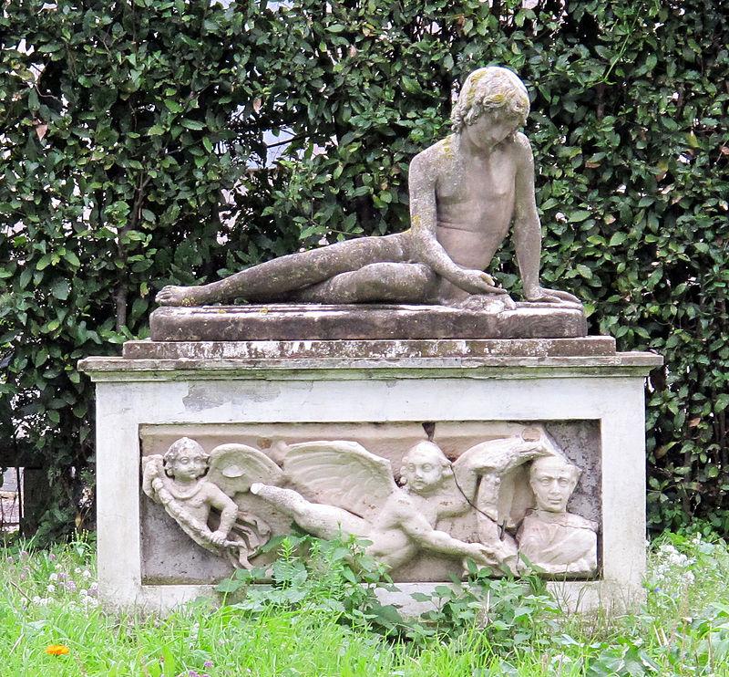 Giardini di villa medici, statue, fanciullo giacente.JPG