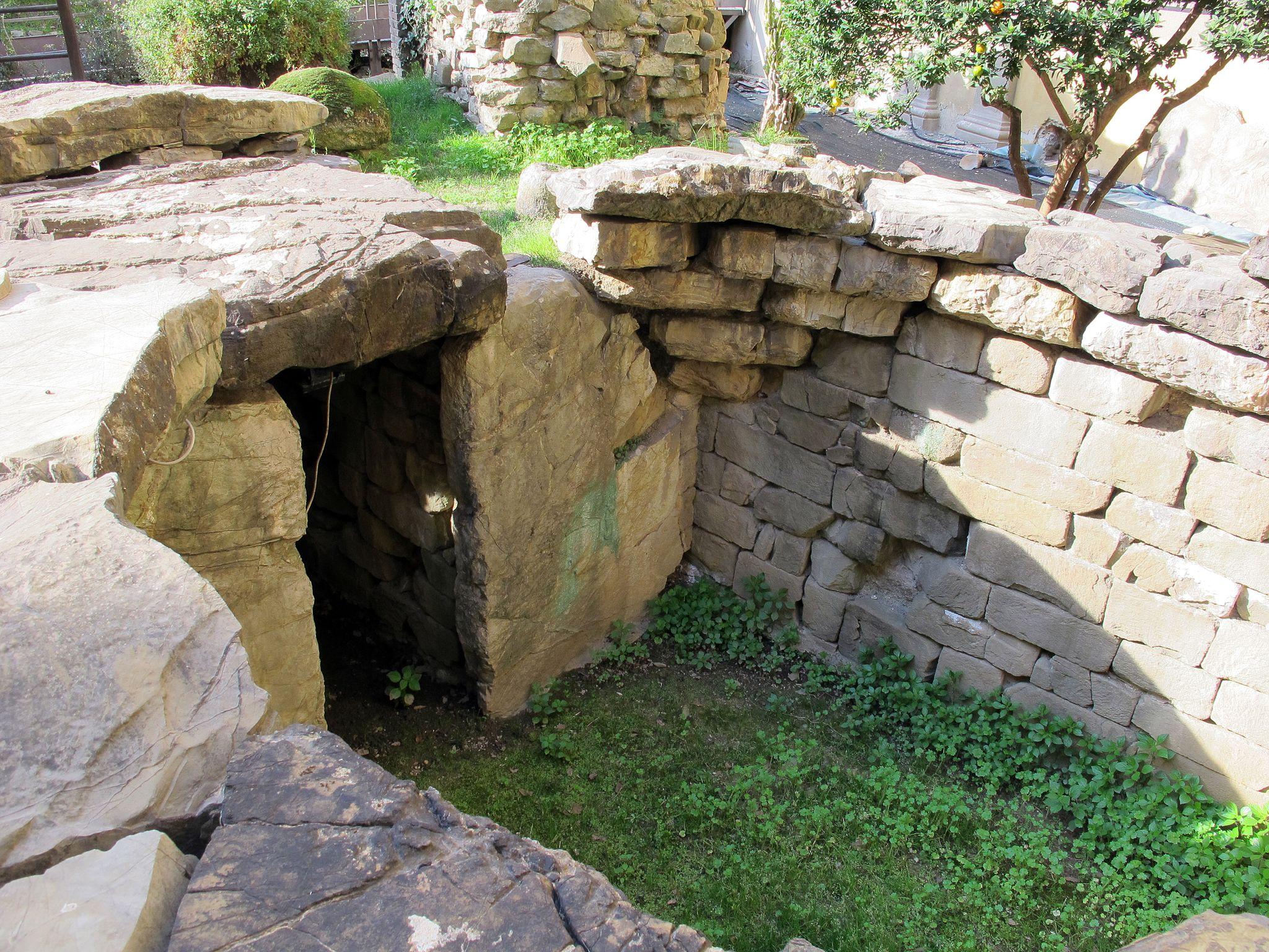 Giardino del museo archeologico, tomba del diavolino, da vetulonia, 03