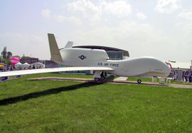 ..a l'avion sans pilote Global Hawk