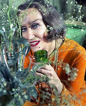 English: portrait of Gloria Swanson in her apa...