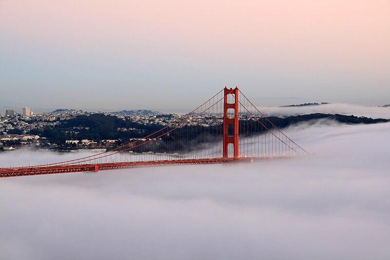 Puente Golden Gate de San Francisco, entre la niebla.